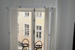 puidust aknakatted kahele poole avanevad