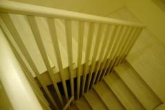 Trepp eramusse kasepuidust, viimistlus valge peits ja lakk (5)