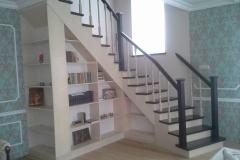 eriline trepp koos riiulitega