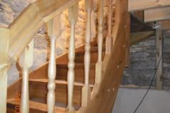 männipuidust trepp peitsitud ja lakitud