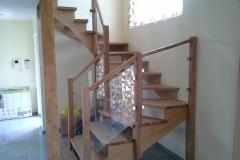 tammepuidust trepp koos klaaspiiretega