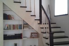 trepp koos riiulitega eramusse